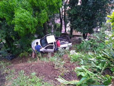 Mais um veículo despenca em barranco em Joaçaba