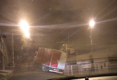 Susto: caminhão fica 'encavalado' na rampa de uma residência