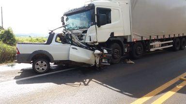 Acidente envolveu um veículo Fiat Strada e um caminhão