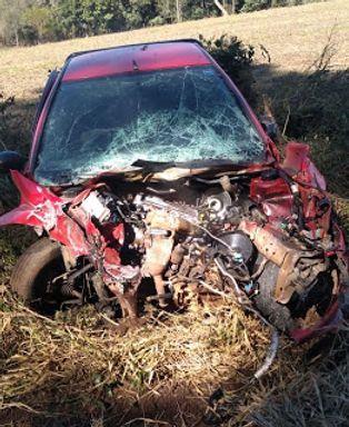 Carro fica destruído em acidente na SC-150