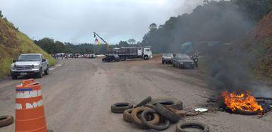 Obra abandonada pelo governo do estado na região é motivo de protesto de moradores e usuários