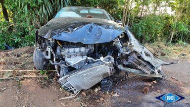 Carro fica destruído após saída de pista na SC-150, em Capinzal