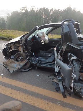Grave acidente com vítima presas às ferragens deixa trânsito lento na BR-282