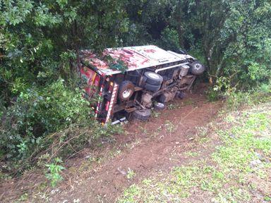 Caminhão de Capinzal tombou ao lado da pista. (Fotos: Corpo de Bombeiros de Xanxerê)