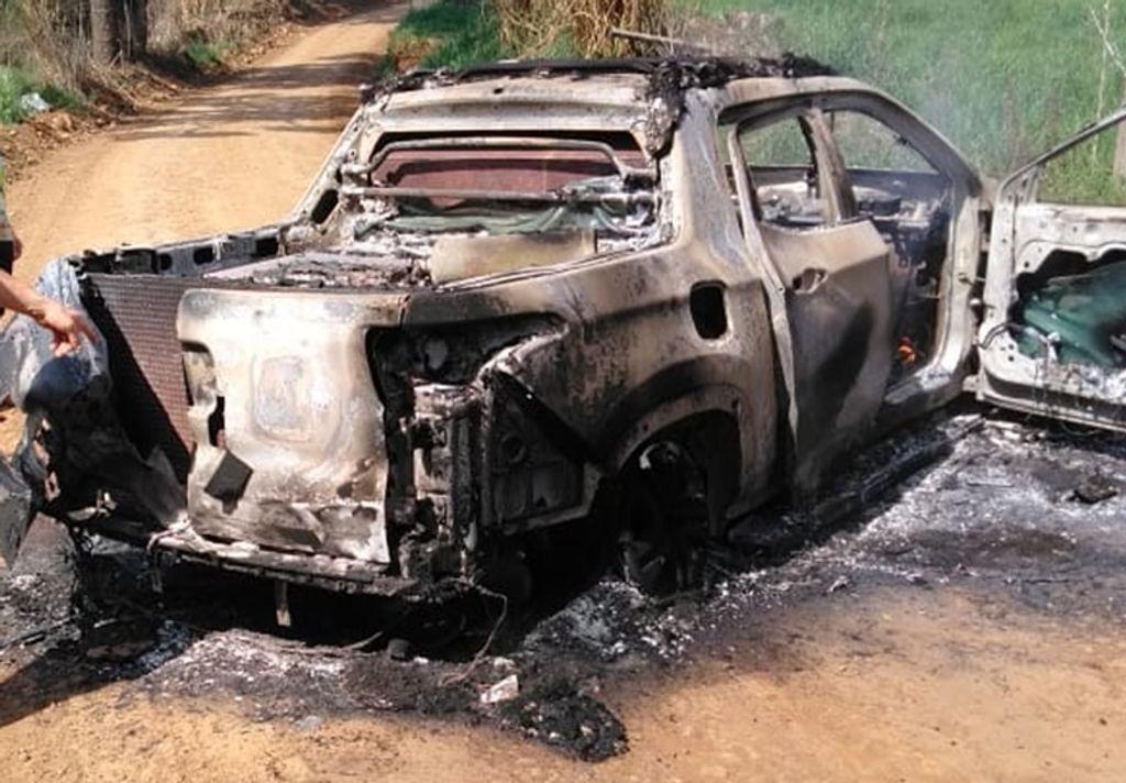 Veículo queimado pelos bandidos para interditar a rodovia