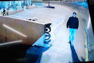 Imagem compartilhada nas redes sociais mostra o bandido chegando no local para cometer o assalto