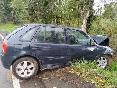 Veículo sai da pista e bate contra árvore em Luzerna
