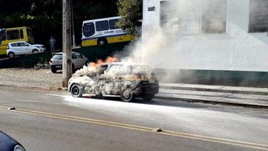 Carro pegou fogo na Tiradentes (Fotos: Renato Uliana)