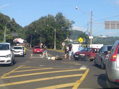 Motociclista sofre queda na entrada da Vila Pedrini