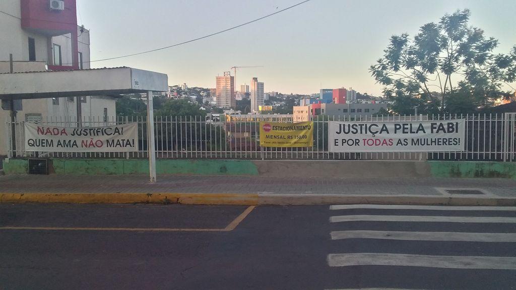 Faixas foram fixadas no lado de fora do local onde ocorreu o julgamento (Foto: Núcleo de Comunicação Institucional/Oeste)