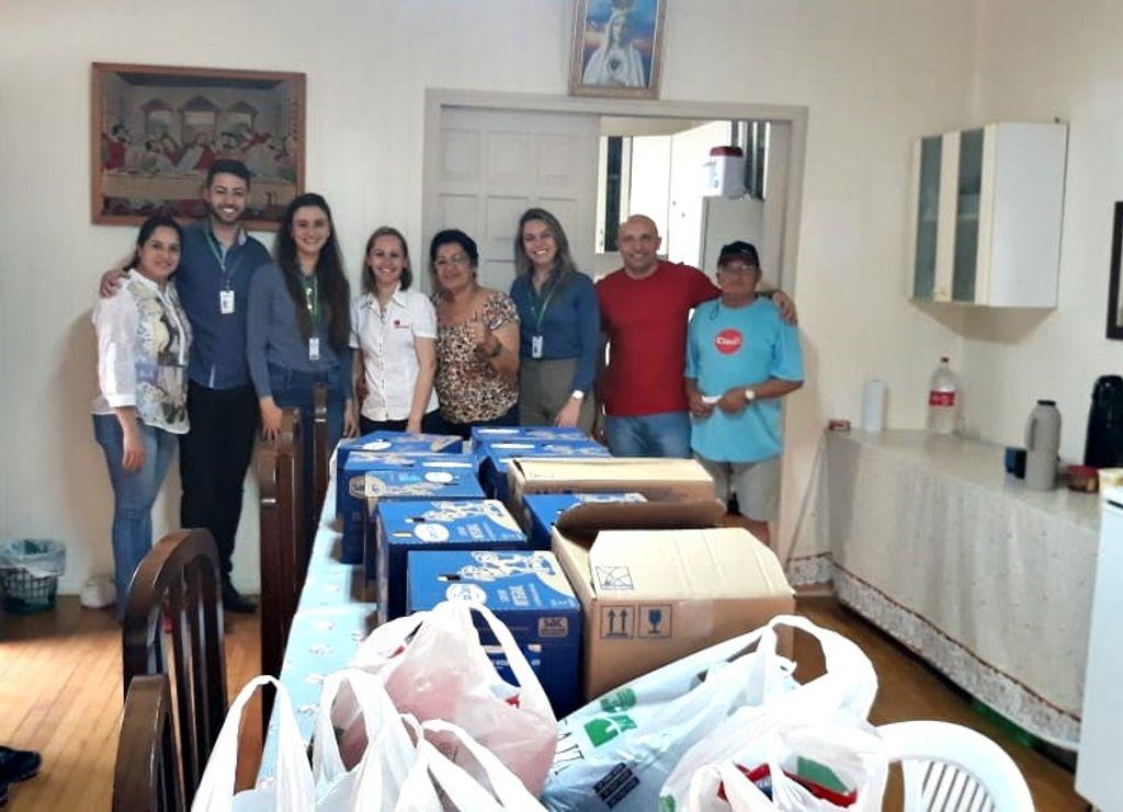Sicredi e Hemosc entregam doações para a Casa de Apoio Nosso Lar