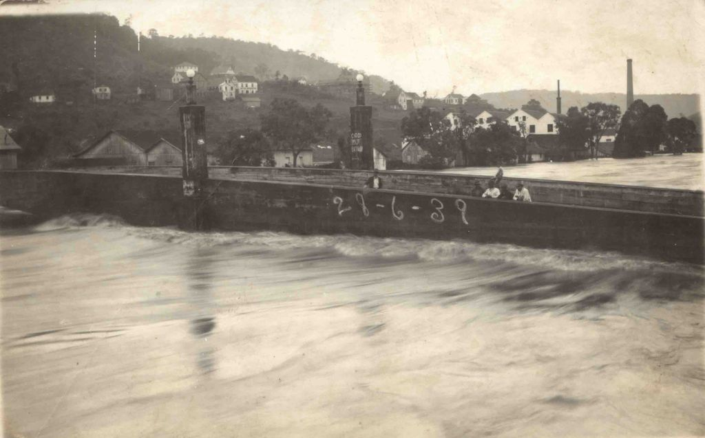 Populares em cima da ponte observam a enchente de 1939. (Fotos: Arquivo)
