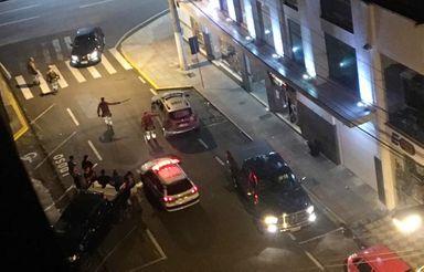 Brigas, depredação e arruaças na madrugada de Joaçaba obrigam a PM agir com rigor para conter os envolvidos