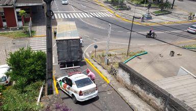 Motorista de caminhão não obedece placa de sinalização e causa transtorno no centro de Joaçaba