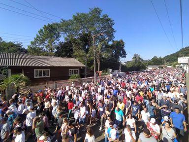 Multidão vem de várias cidades para participar da romaria
