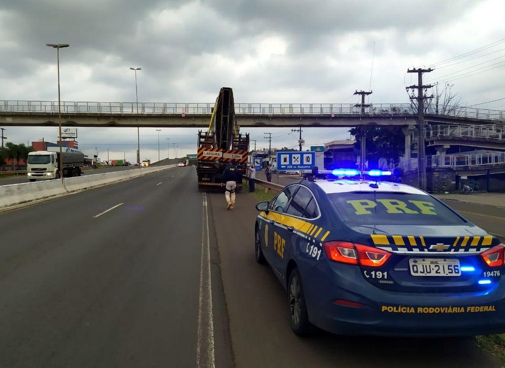PRF flagra carga com excesso de altura colidindo em passarela na BR 480 em Chapecó