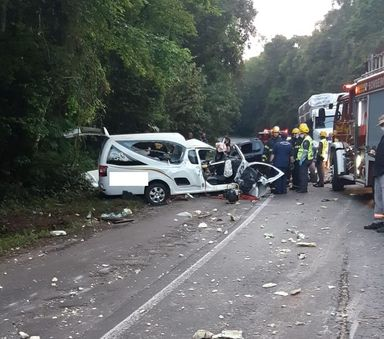 Acidente com três veículos deixa uma pessoa morta na BR-282