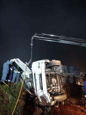Homem fica preso às ferragens após acidente com caminhão na BR 470