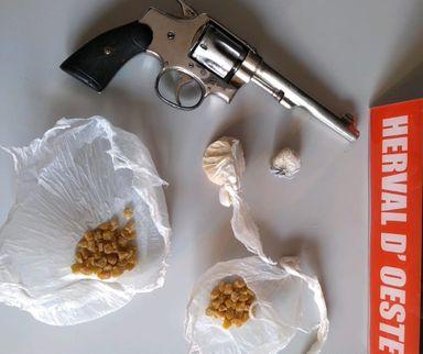 Avó e neto são presos por crimes relacionados ao tráfico de drogas em Herval d' Oeste