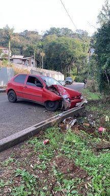 Motorista bate contra carro, derruba poste e abandona veículo em Joaçaba