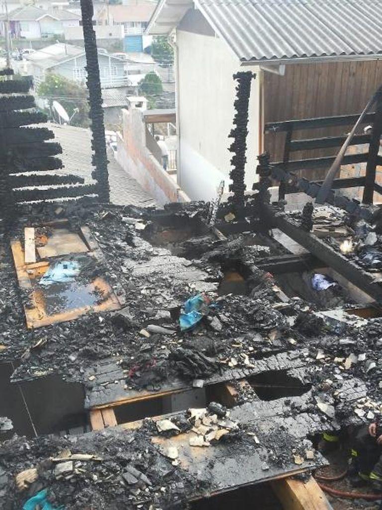 Três crianças morrem carbonizadas durante incêndio em casa em Lages