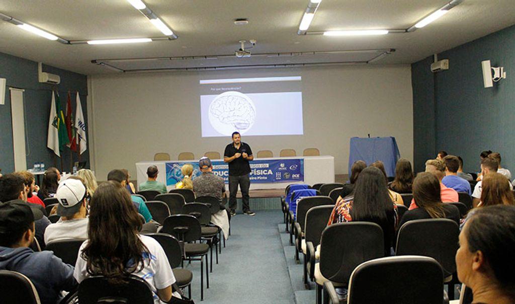Professor doutor Diego de Carvalho ministrando sua palestra
