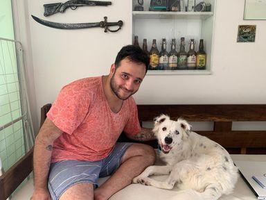 Após ser devolvido por família por ser surdo, cão é adotado por estudante que também surdo