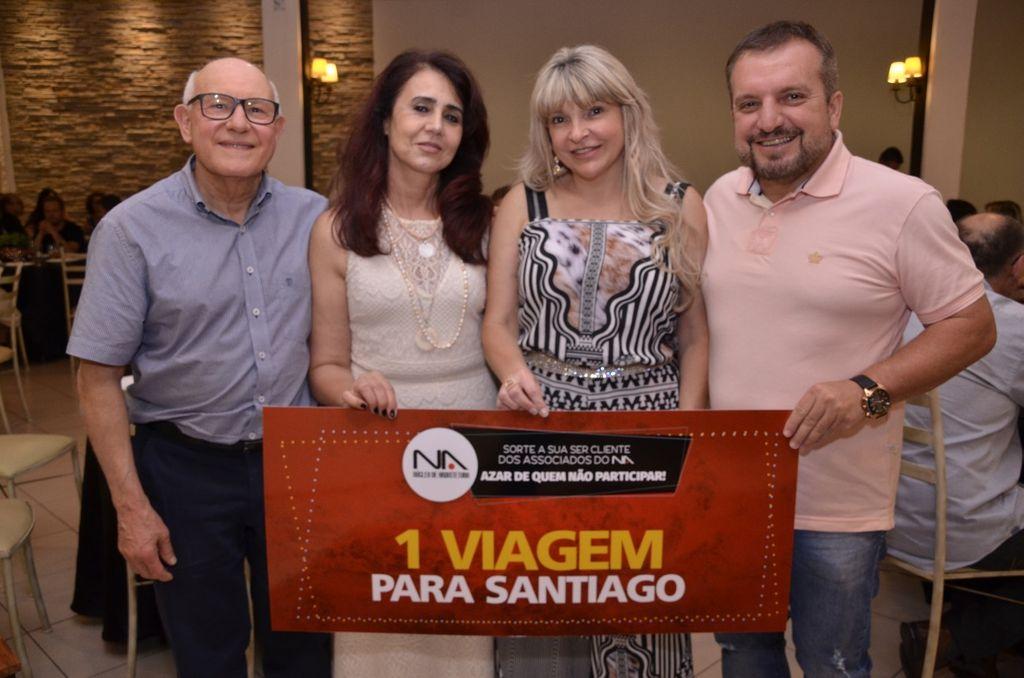 Representantes da Arte Gesso entregando o o prêmio de 3º lugar - Viagem para Santiago do Chile - Eliane Bianchi dos Santos