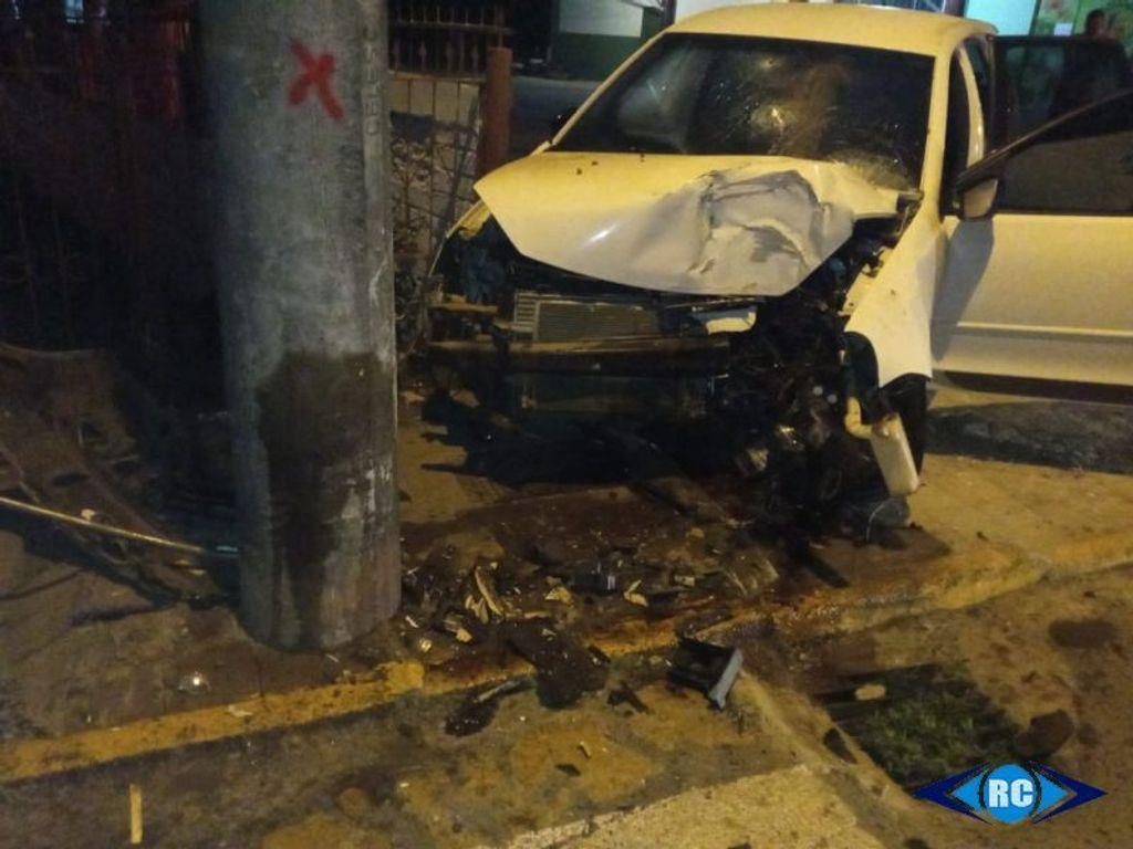 Motorista colide carro contra poste no centro de Capinzal