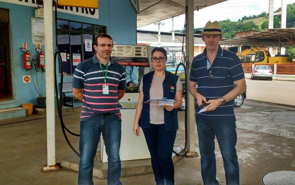 Procon vistoria postos de combustíveis de Luzerna e constata leve redução nos preços