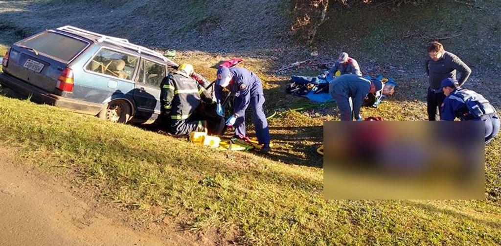 Carro cai em ribanceira após colisão na BR-470 em Campos Novos