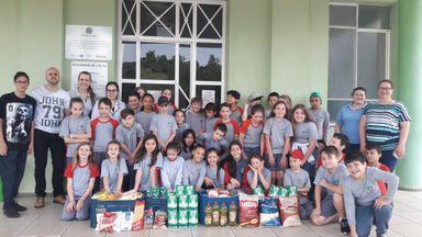 Alunos de Ibicaré entregam alimentos ao Hospital São Roque de Luzerna