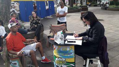 População doa agasalhos e recebe caricaturas em campanha promovida pela CDL/Joaçaba neste sábado (08)