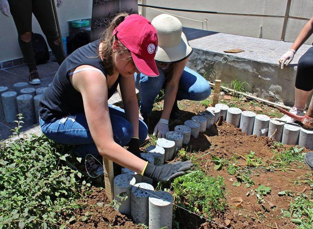 Acadêmicos do curso de Engenharia Civil da Unoesc constroem horta para Casa de Pastorais em Herval d'Oeste