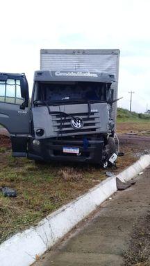 Motorista de caminhão ferido em saída de pista na BR 282