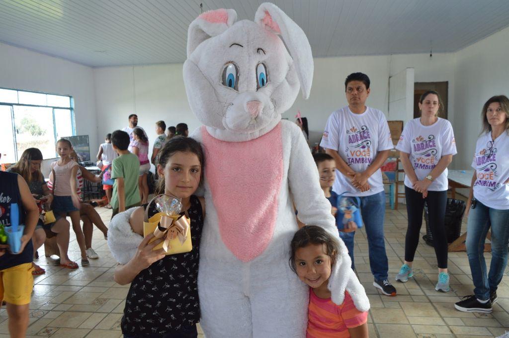 Crianças receberam a visita do coelhinho