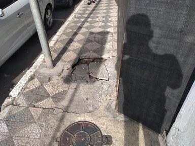 Calçadas danificadas atrapalham a vida de quem tem problemas para se locomover e dos comerciantes de Joaçaba