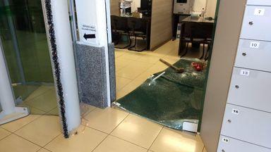 Porta de vidro foi estourada com marreta no interior da cooperativa de crédito (Foto: Jhonatan Coppini/Oeste Mais)