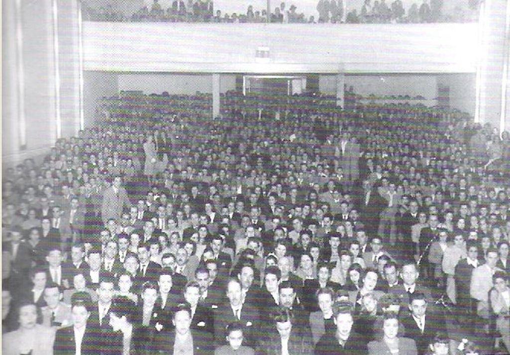 O Cine imperial recebe o público para a transmissão inaugural da Rádio Catarinense.
