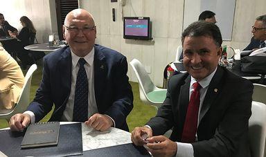 Foto: Reitor Aristides Cimadon (E) com o Deputado Darci de Matos (D)