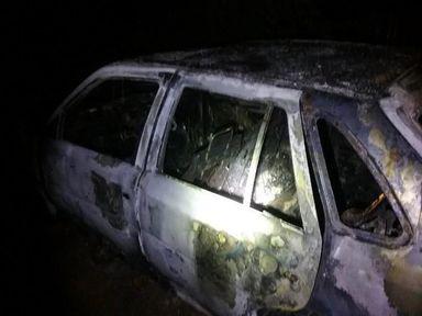 Mulher coloca fogo no carro do marido no Oeste