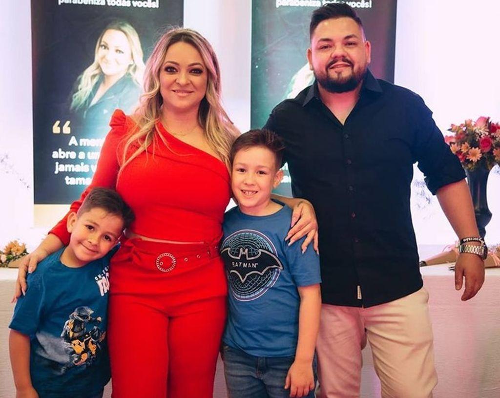 Jana com o marido e os filhos