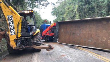 Caminhão tomba e interdita a BR-282 em Erval Velho