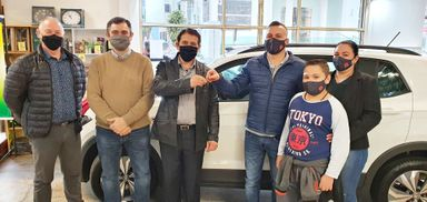 Morador de Herval d´Oeste recebe carro que ganhou da Promoção 65 Anos Afubra
