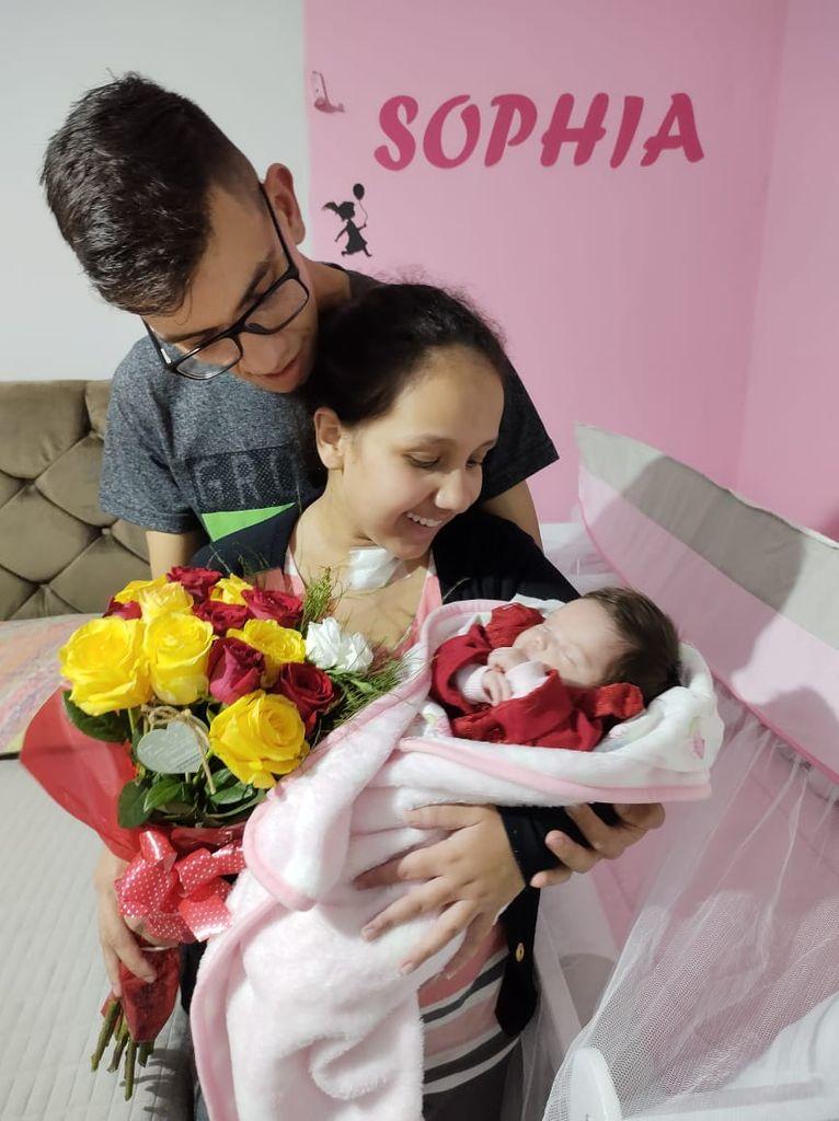 Mãe e filha separadas pela Covid-19 se encontram pela primeira vez