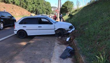 Homem é preso após perder o controle e colidir veículo em que estava