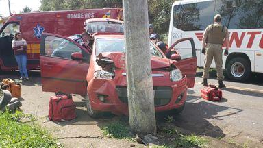 Carro bate violentamente contra poste em Joaçaba