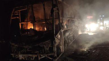 Ônibus de turismo completamente destruído por incêndio na BR-282 em Vargem Bonita