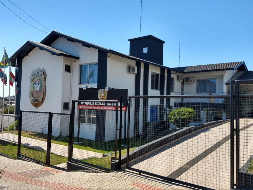 Principal suspeito pelas agressões foi encaminhado à Delegacia de Polícia Civil de Xanxerê – Foto: Tudo Sobre Xanxerê/Divulgação