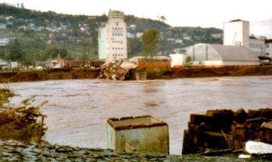 Cai um monumento - O fim da ponte Emílio Baumgart